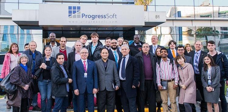 世界中のソフトウェア工学教授の派遣団  ProgressSoftの敷地を訪れる
